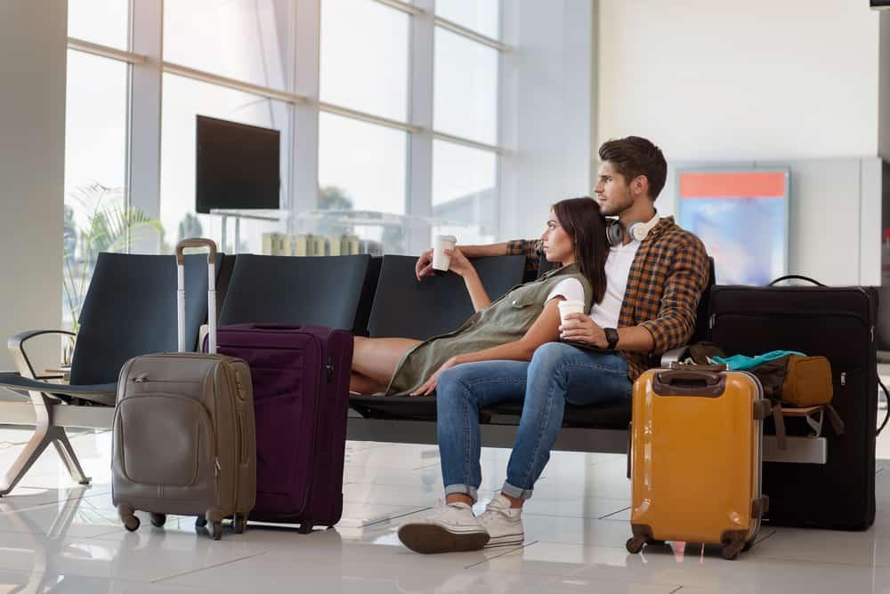 un couple à l'aéroport
